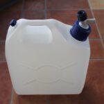 タップするだけで10 LTRの水容器